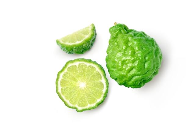 Fruta de bergamota com fatias isoladas no fundo branco