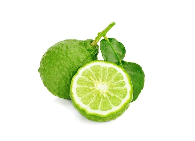 Fruta de bergamota com folha isolada no fundo branco