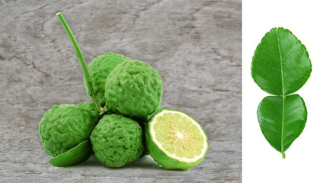 Fruta de bergamota em piso de madeira