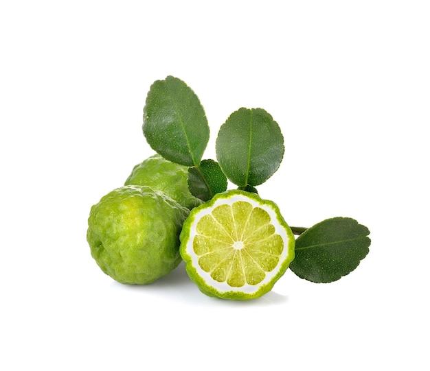 Fruta de bergamota na parede branca