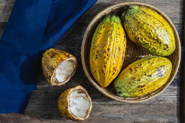 Fruta de cacau fresca na cesta