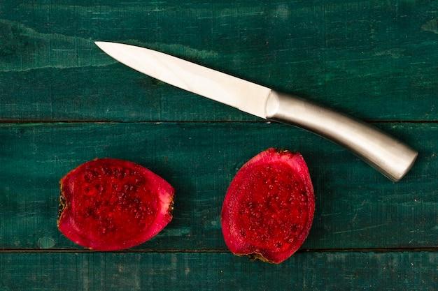 Fruta de cacto cortada ao meio na mesa com fundo de madeira