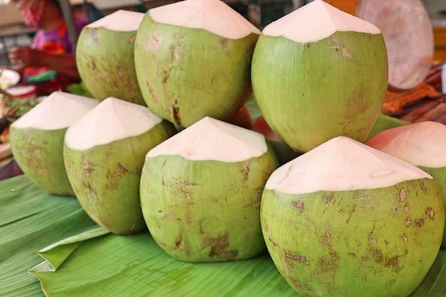 Fruta de coco na comida de rua