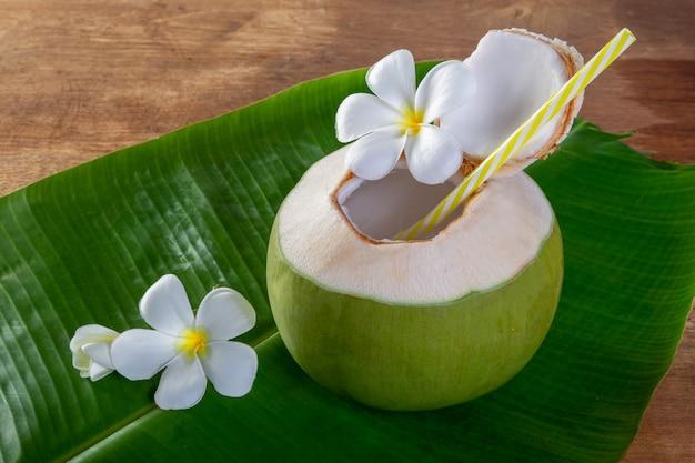 Fruta de coco verde cortada para beber suco e comer.