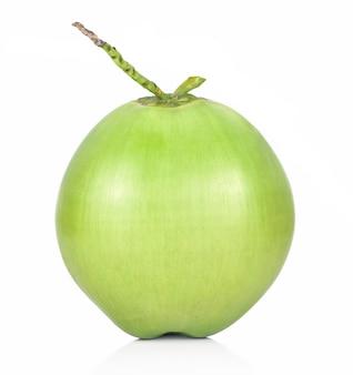 Fruta de coco verde isolada no fundo branco