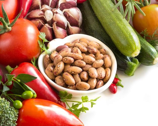 Fruta de feijão e legumes crus isolada no branco close-up