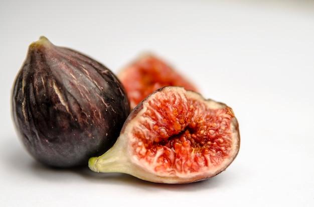 Fruta de figo fresco isolada no branco