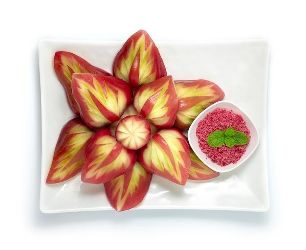 Fruta de fruta rosa maçã esculpida estilo folha servida doce ameixa molho de açúcar
