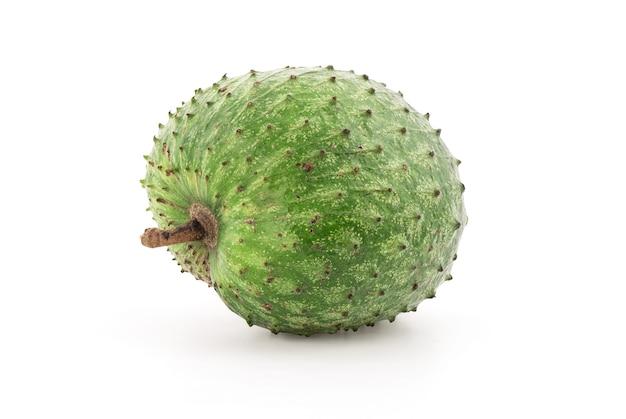 Fruta de graviola ou annona muricata isolada na parede branca com traçado de recorte.