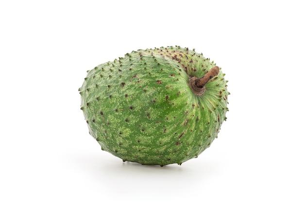 Fruta de graviola ou annona muricata isolada no fundo branco com traçado de recorte.