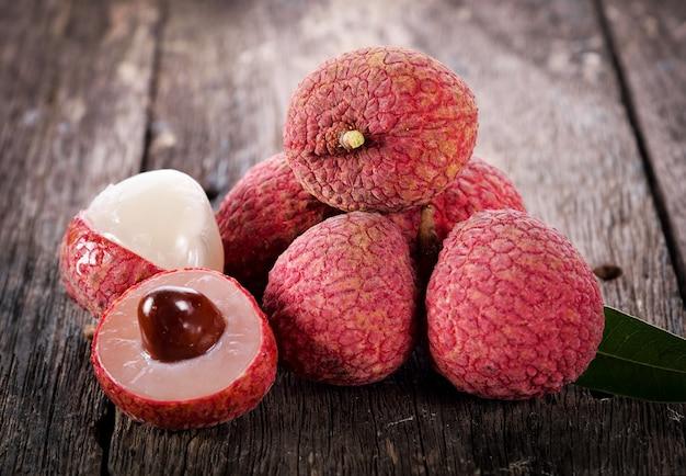 Fruta de lichia em madeira