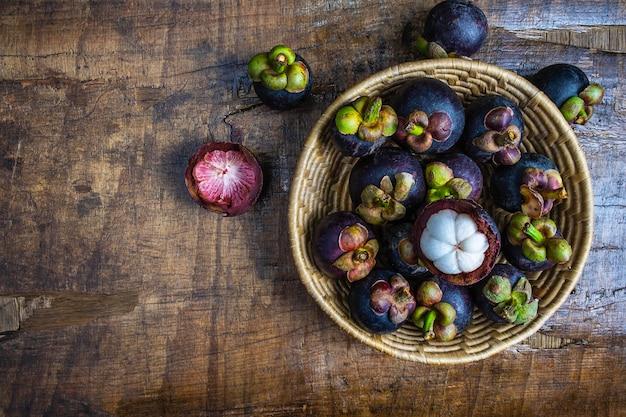 Fruta de mangostão fresco em uma cesta na mesa