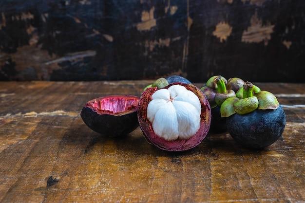 Fruta de mangostão fresco em uma mesa de madeira
