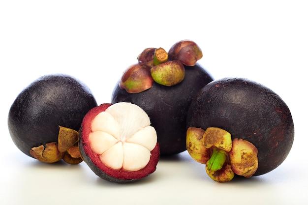 Fruta de mangostão tropical asiática em fundo branco