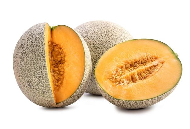 Fruta de melão melão pedra madura fresca saborosa linda com sementes isoladas em branco.