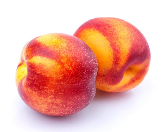 Fruta de nectarina inteira isolada no branco