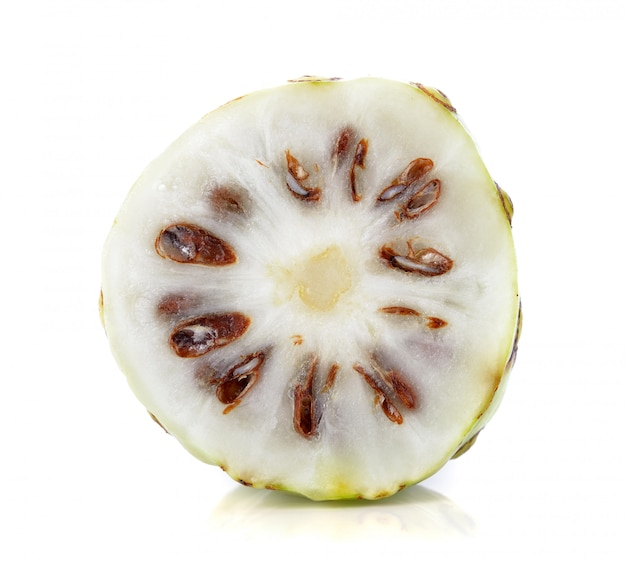 Fruta de noni no fundo branco