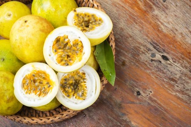 Fruta de paixão em cesta de bambu. fruta tropical. sour taste, higth vitamin. dieta sobremesa.