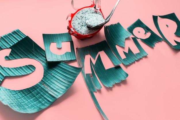 Fruta de pitaiaya e palavra letras de verão de verde
