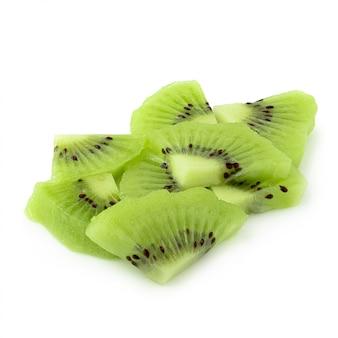 Fruta de quivi da metade e da fatia isolada no fundo branco.