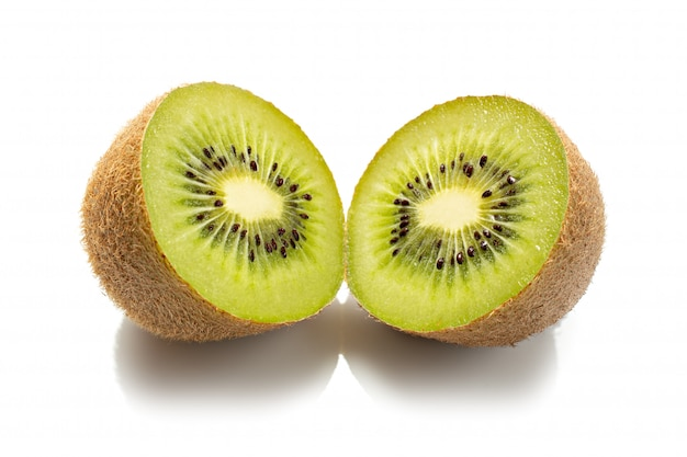 Fruta de quivi fresca isolada no branco. kiwifruit actinidia