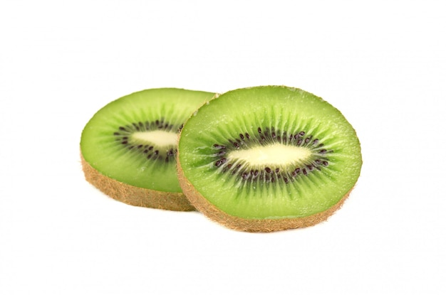 Fruta de quivi inteira madura e meia fruta de quivi isoladas no espaço em branco. kiwis isolado