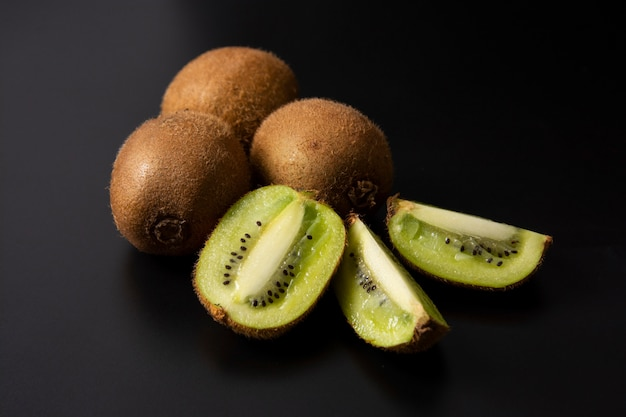 Fruta de quivi isolada no fundo preto, fruta de quivi fresca.