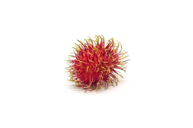 Fruta de rambutan isolada no fundo branco