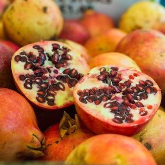 Fruta de romã suculenta cortada ao meio