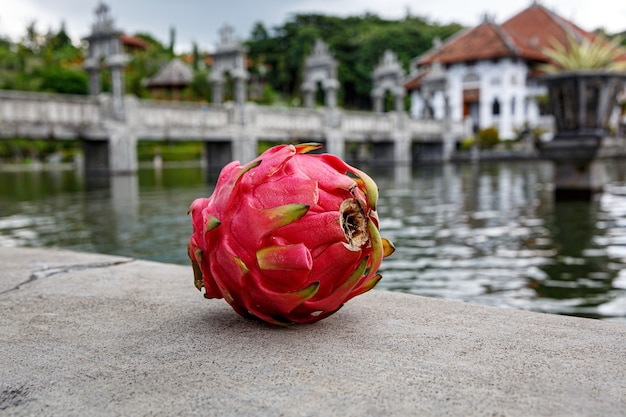 Fruta do dragão em uma pedra.