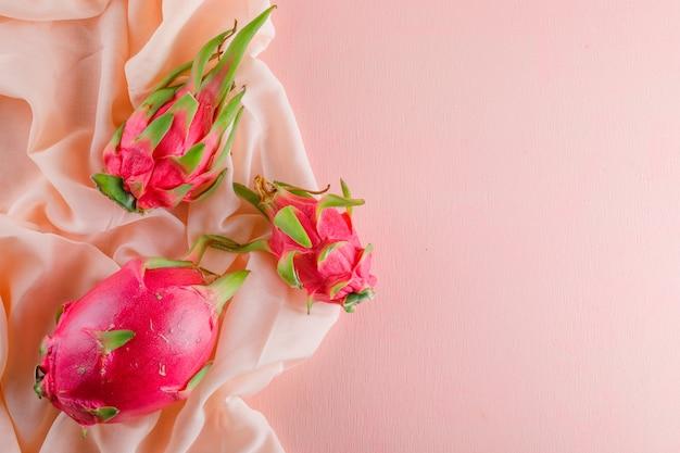 Fruta do dragão na mesa-de-rosa, plana leigos.