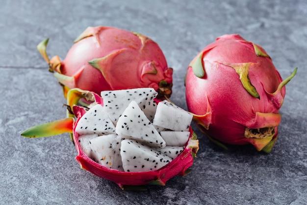 Fruta do dragão na mesa preta