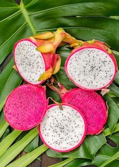 Fruta do dragão nas folhas da palma e do monstro