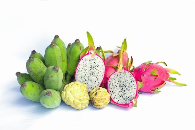 Fruta do dragão no foco seleto do fundo branco
