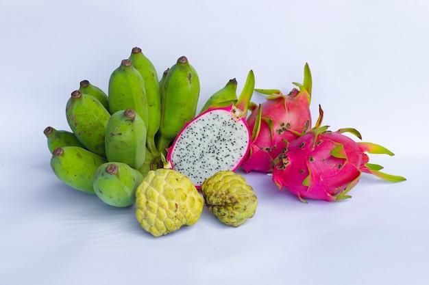 Fruta do dragão no fundo branco