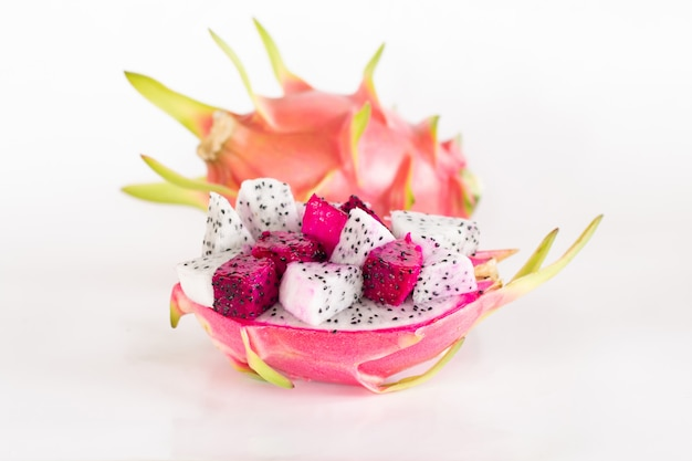 Fruta do dragão ou fruta de pitaya cortada no branco.