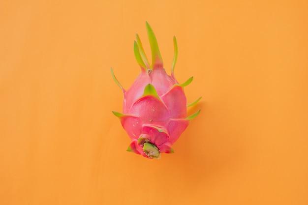 Fruta do dragão ou pitaya fruta na mesa de madeira laranja, frutas de verão