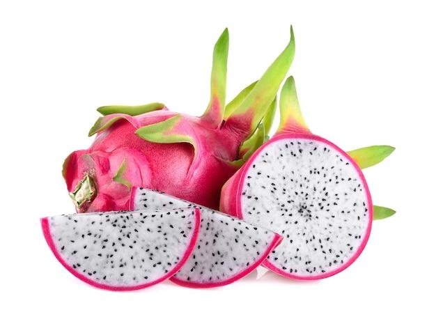 Fruta do dragão, pitaya ou pitahaya isolada no fundo branco