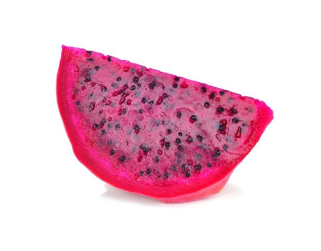 Fruta do dragão vermelho sobre fundo branco