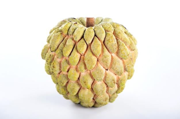 Fruta doce de maçã (custard apple), doce no fundo branco