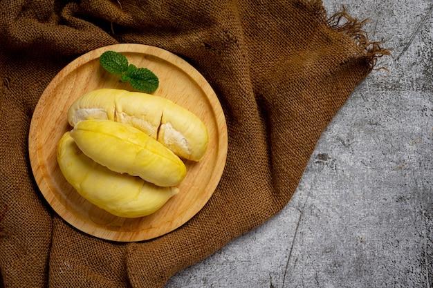 Fruta durian fresca na superfície escura.