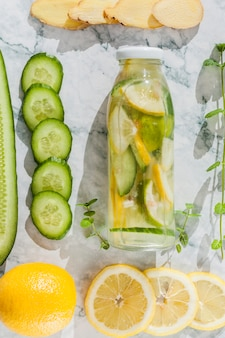 Fruta e legumes cortados com limonada