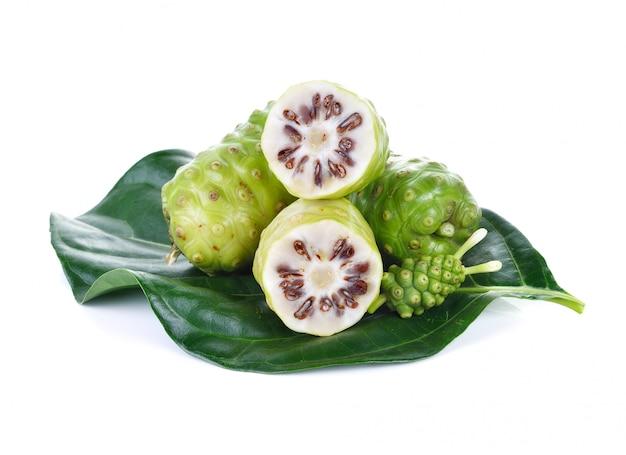 Fruta exótica - fruta noni em fundo branco