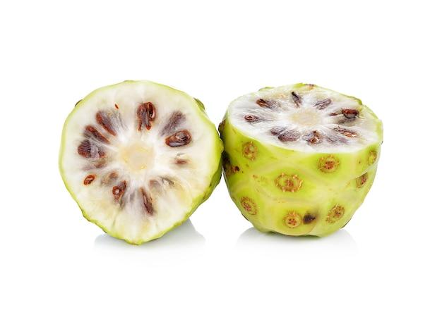 Fruta exótica - noni em fundo branco