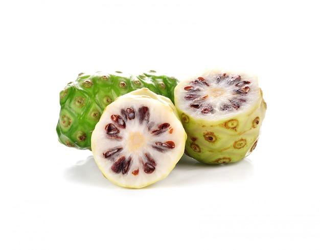 Fruta exótica, noni isolado no branco