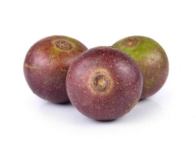 Fruta flacourtia em fundo branco