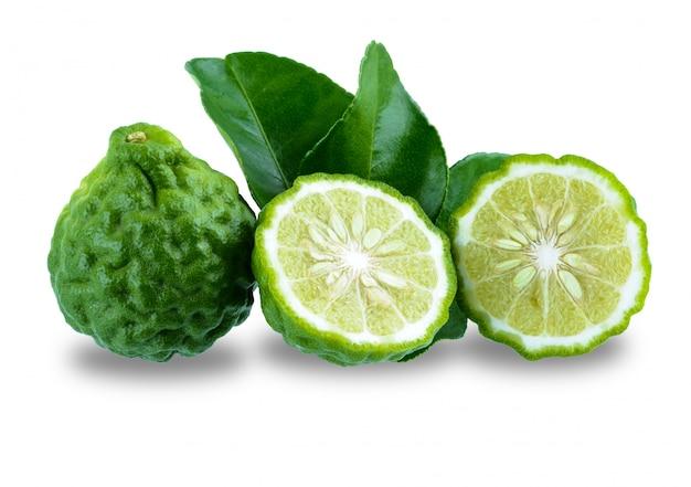 Fruta fresca da bergamota com a folha isolada na superfície branca