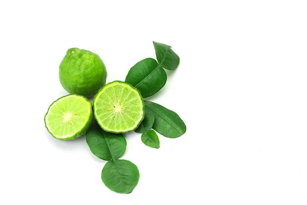 Fruta fresca da bergamota com folha isolada no fundo branco