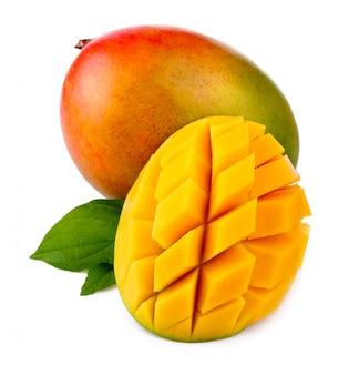 Fruta fresca da manga com as folhas verdes e cortadas isoladas
