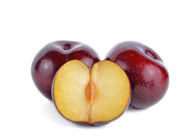 Fruta fresca de ameixa cereja vermelha isolada
